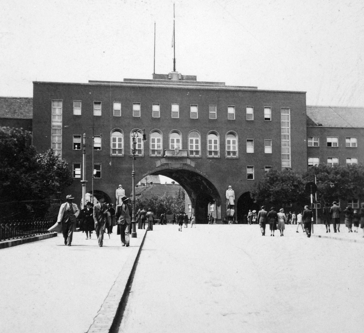 80 éve épült a város leghíresebb kapuja, a Porta Heroum